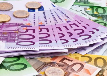Евро сильно просел, доллар немного подрос