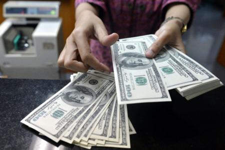 После выходных доллар продолжает расти