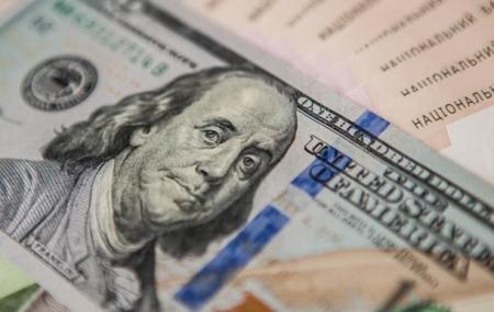 В начале торгов доллар продолжает дешеветь