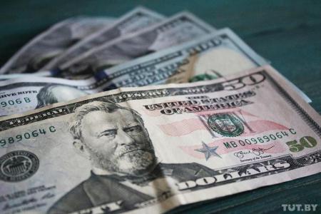 Доллар и евро дешевеют на торгах. Банки отреагировали снижением курсов валют