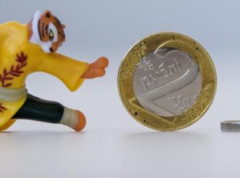 Доллар и евро продолжают дешеветь. Российский рубль тоже