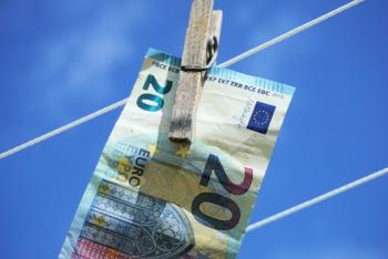 Евро подешевел на старте торгов