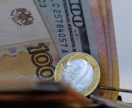 Доллар потерял больше копейки, российский рубль набрал почти две