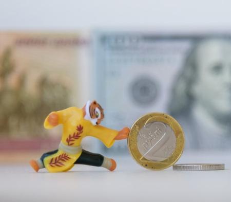 После выходных доллар и евро дешевеют