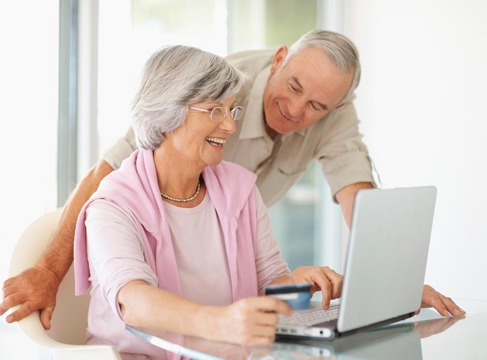 Пожилой человек за компьютером картинка